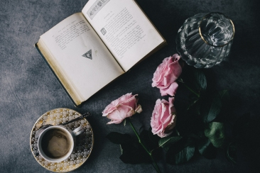 kaboompics_Lovely roseses, book and coffee